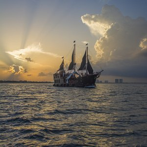 jolly-roger-pirate-ship-cancun7