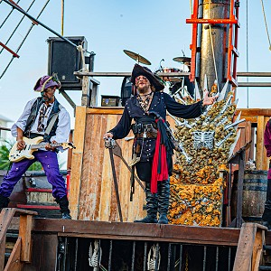 jolly-roger-pirate-show-cancun-2