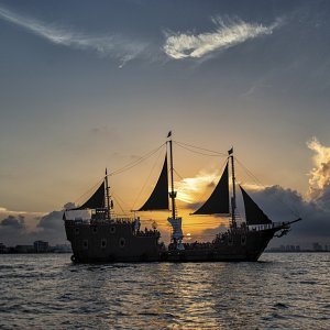 the-jolly-roger-barco-pirata-en-cancun-cena-show-2